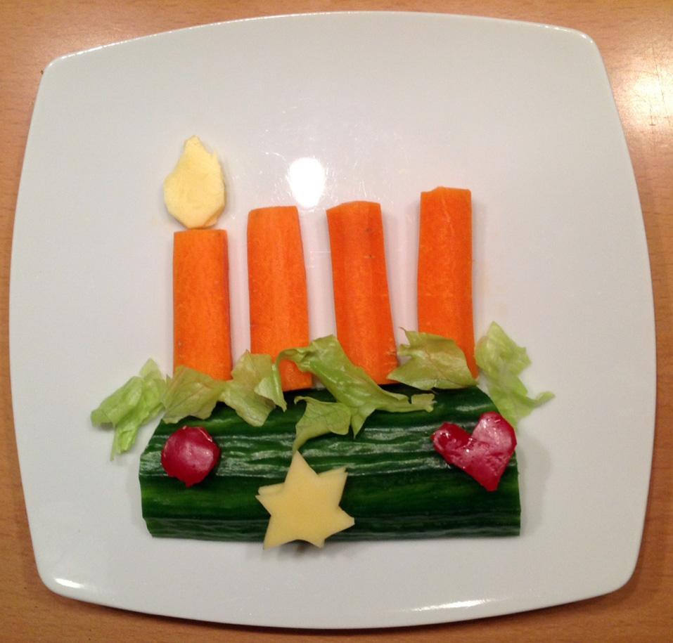 Zum ersten Advent ein Adventsgesteck. Aus Karotte, Salatgurke, Eisbergsalat, Käse.