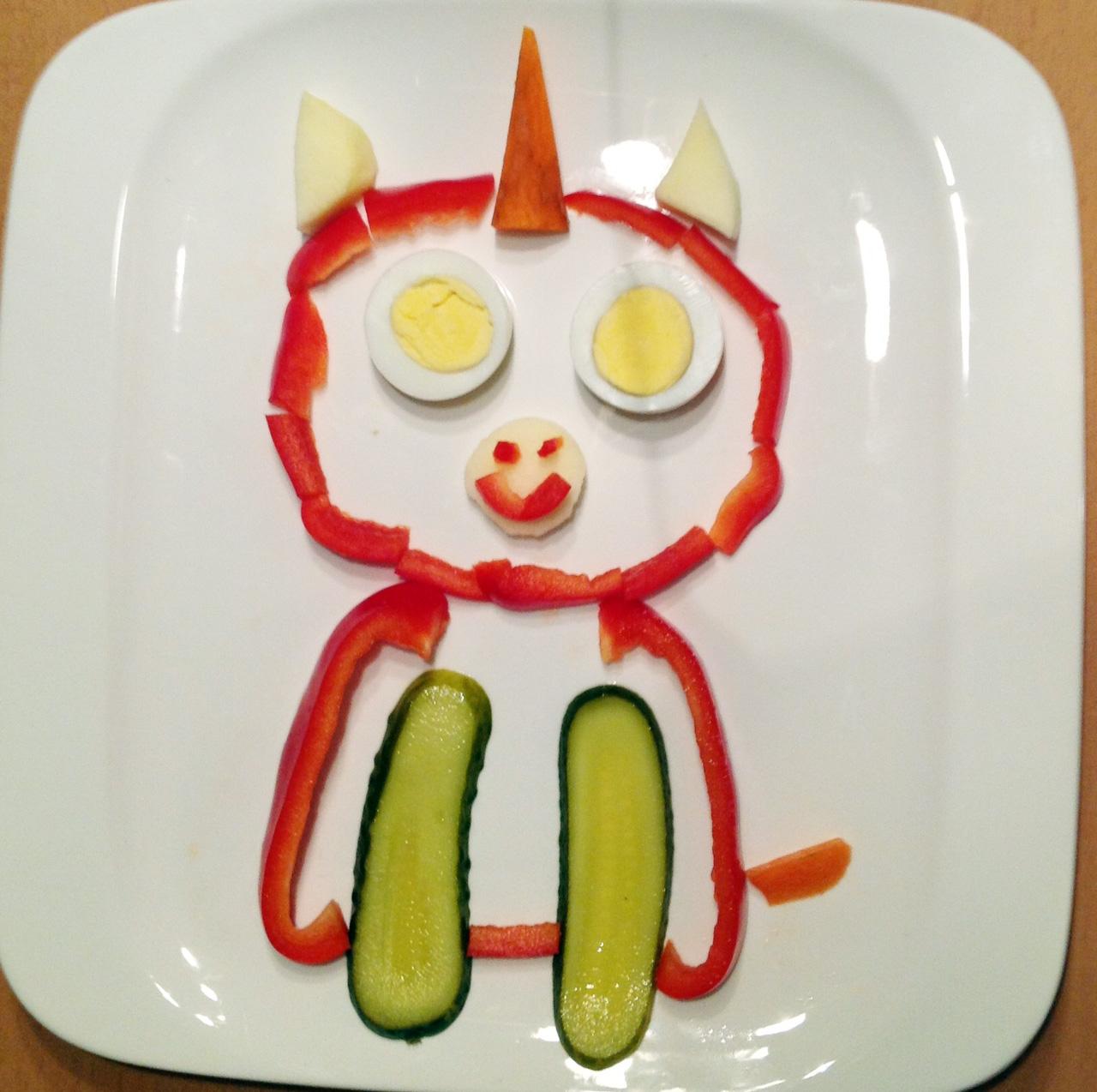 Nur für Tochter erkennbar: Ihr Einhorn-Glubschi. Aus Paprika, Ei, Gewürzgurke, Apfel, Karotte.