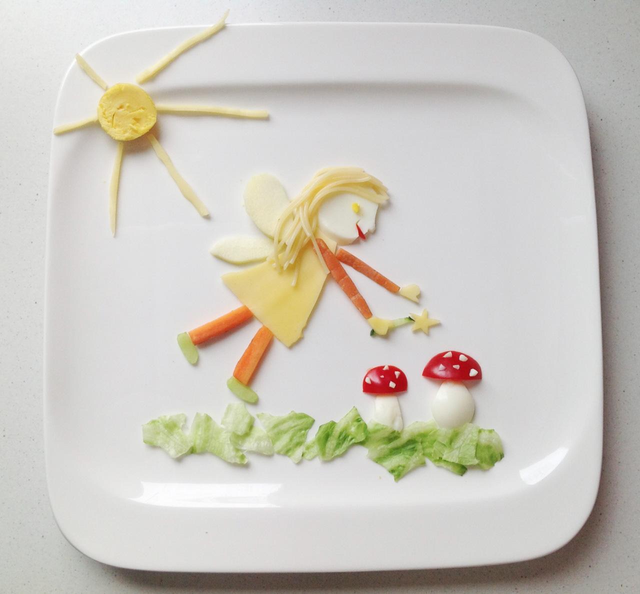 Mein Meisterwerk. Eine Fee. Mit viel Liebe und Zeit geschnitzt. Pilze aus Ei und Paprika, ansonsten: Apfel, Karotte Salat, Käse Gurke. Und ja - ich habe extra drei Spaghetti für die Haare gekocht.
