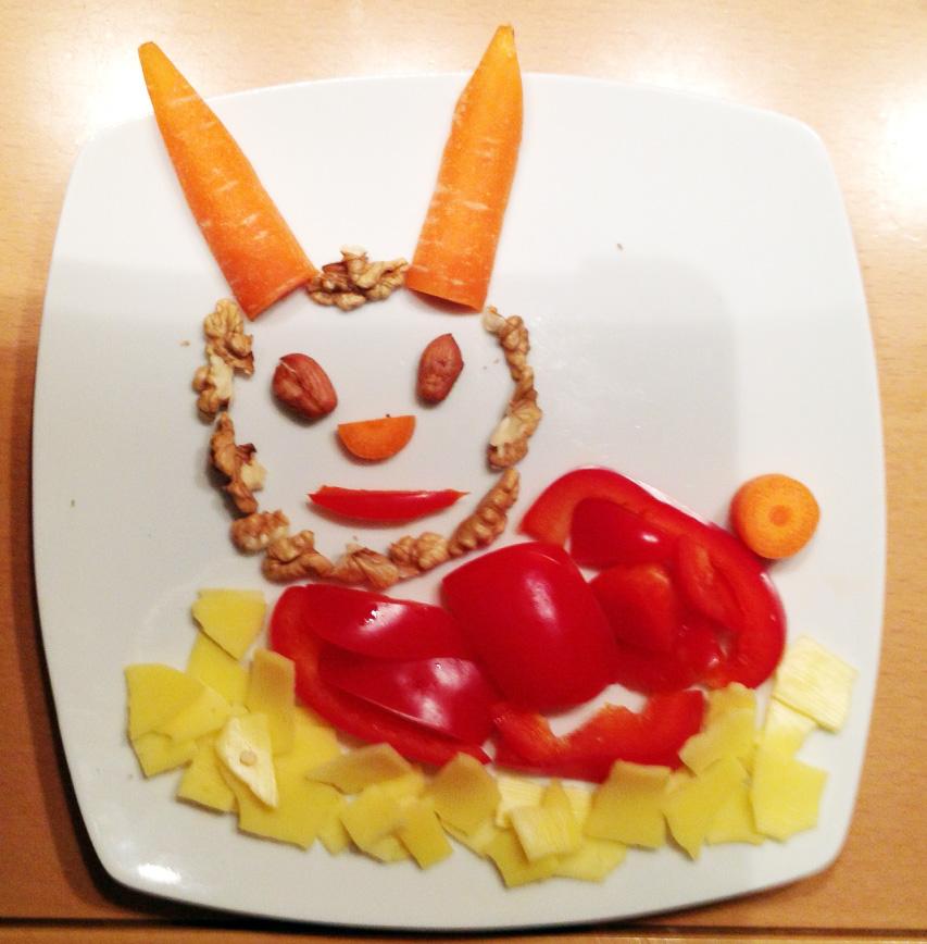 Ein liegender Hase, aus wenigen Resten. Paprika, Karotte, Käse, Nüsse.