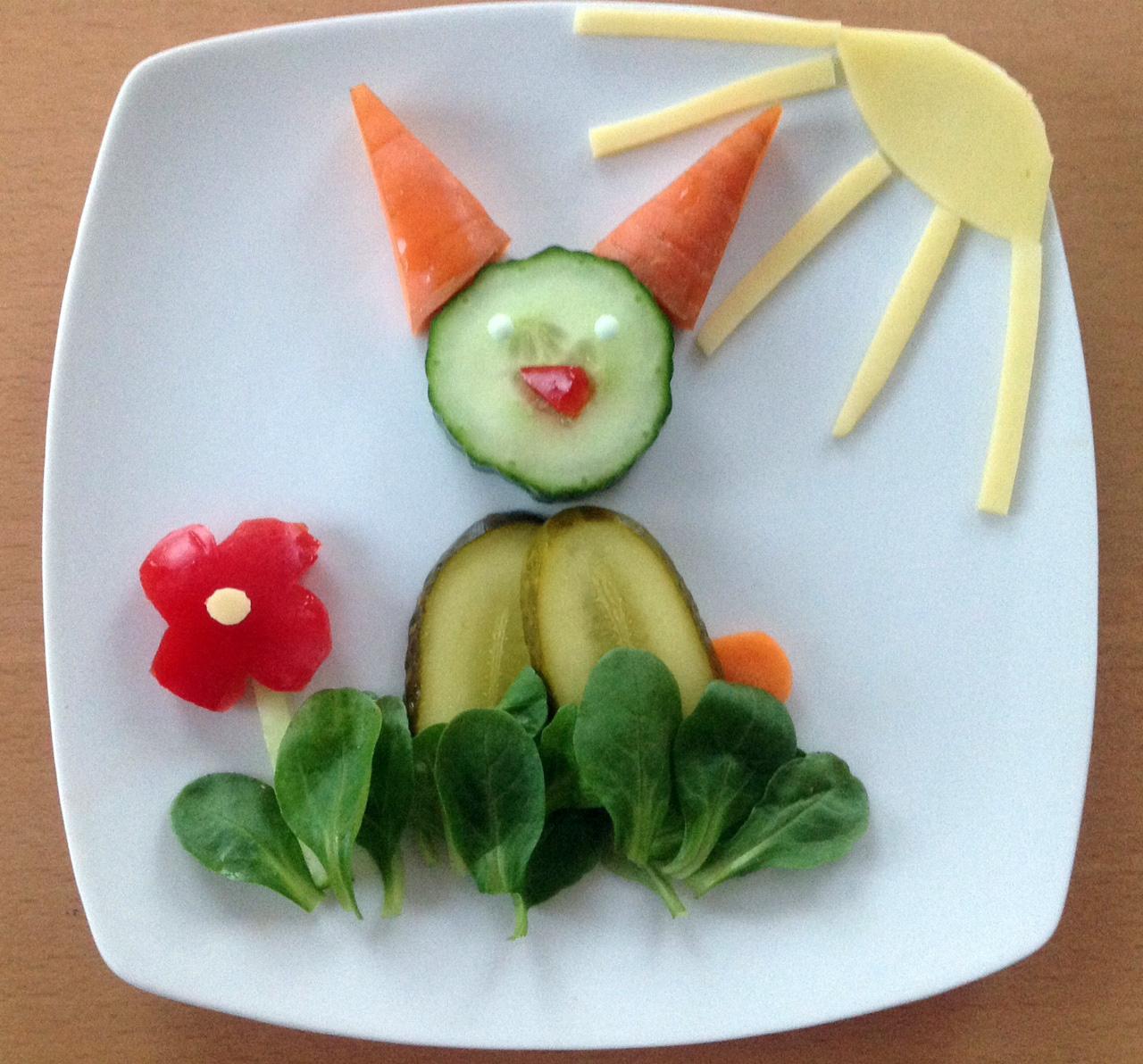 Ein einfacher Hase aus Resten. Gewürzgurke, Salatgurke, Feldsalat, Paprika, Karotte, Gouda.