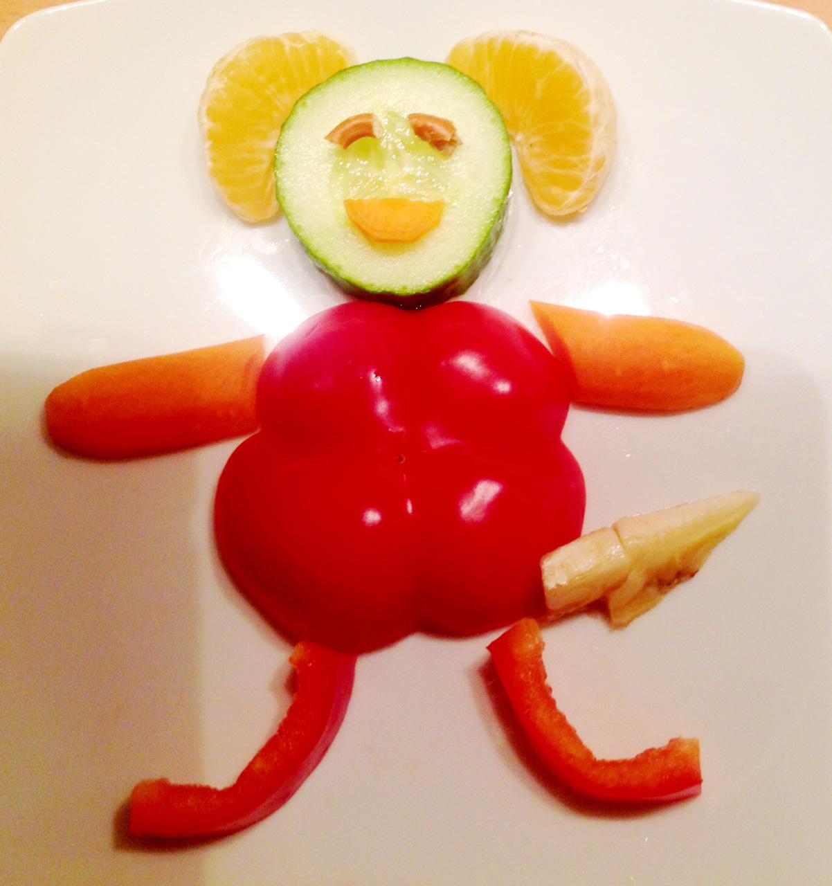 Ein Liwo aus der Feenwelt (aus einem selbstgeschriebenen Buch fürs Töchterchen). Geschnitzt aus Paprika, Karotte, Gurke, Banane, Gurke, Mandarine und Brezelstückchen.
