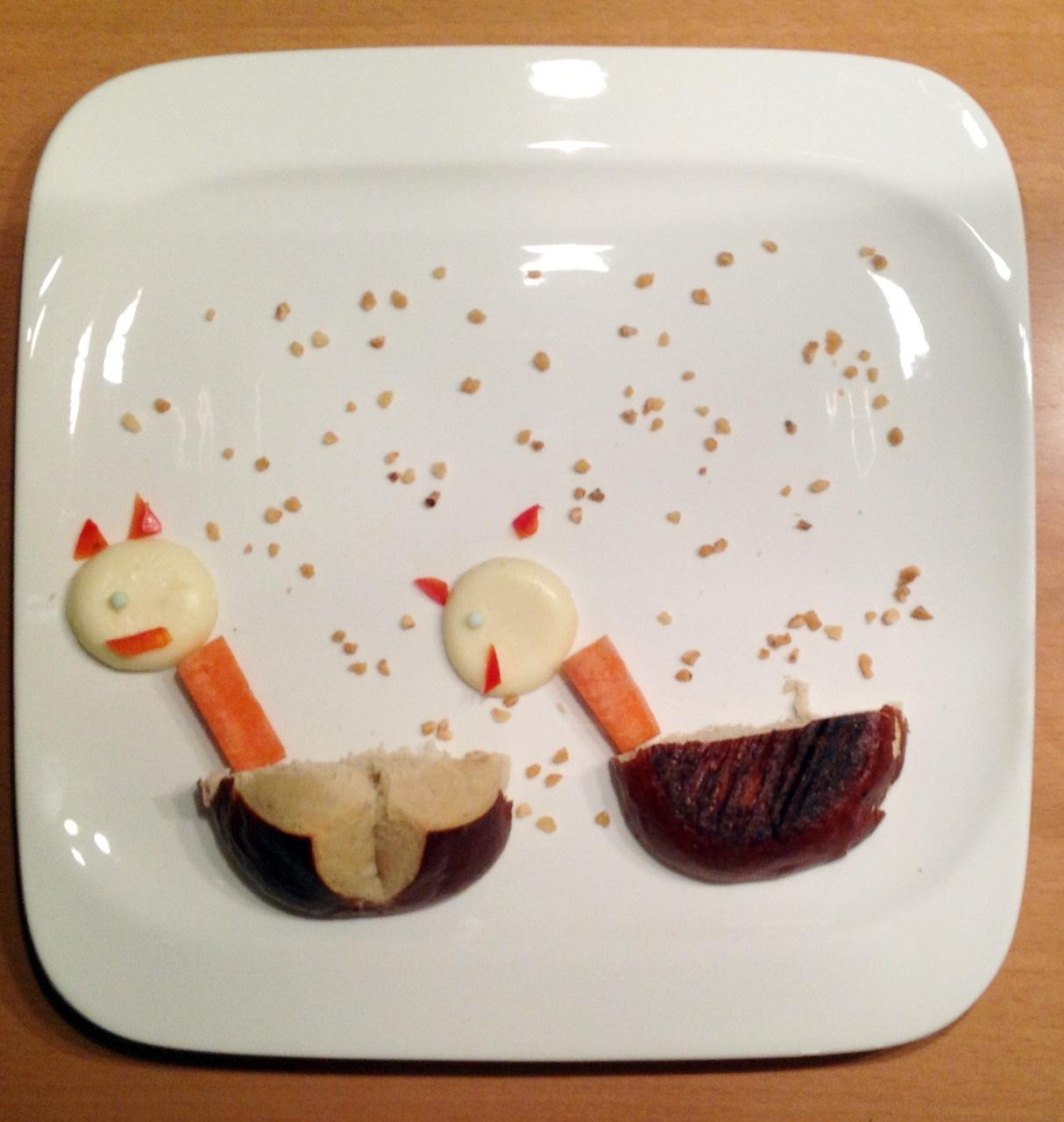 zwei Schaukelpferde. Der erste Versuch von Tochter. Laugenbrötchen, Karotte, Mini-Babybel und Krokant.