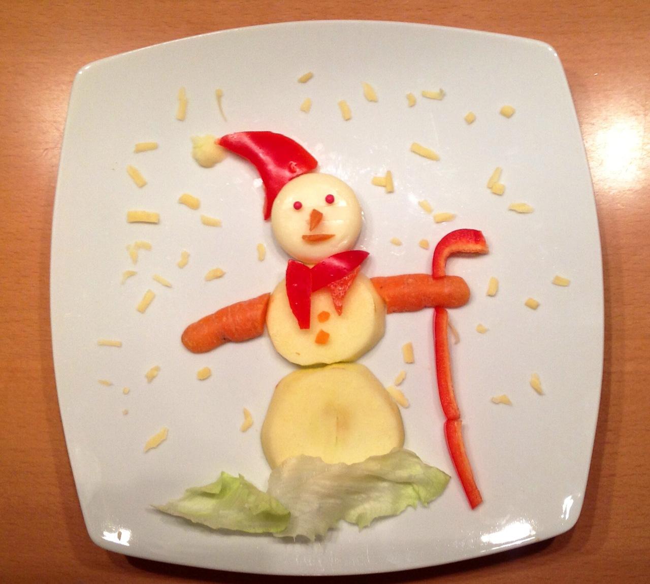 Als der erste Schnee fiel gab es abends einen Schneemann aus Apfel, Eisbergsalat, Mini-Babybel, Karotte und Paprika.