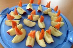 Für die Geburtstagsfeier in der Schule: Kleine, schnell zubereitete Boote aus Apfel und Karotte.