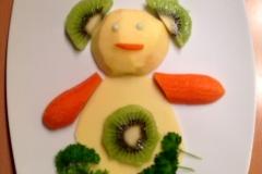 Ein Bärchen aus Käse, Apfel, Kiwi, Karotte, Petersilie.