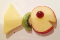 Obst-Fisch, wenige Minuten nachdem er auf dem Tisch ankam. Neu zusammengesetzt aus Apfel, Kiwi und Weintraube.