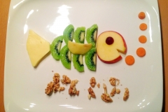 Obst-Fisch. Mal nur Karotten als Gemüse. Ansonsten Apfel, Kiwi, Weintraube und Walnüsse.