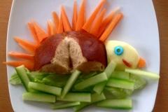 Auch einer meiner Erstlinge. Ein Igel. Geschnitzt aus Laugebrötchen, Karotten, Salatgurke, Apfel.