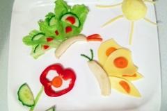Immer wieder gerne genommen: Blumen und Schmetterlinge. Diesesmal aus Banane, Eisbergsalat, Gouda, Karotte, Gurke und Paprika