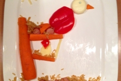 Vogel und Eule im Baum. Made by Töchterchen. Außer Paprika und Karotte noch mit Mini-Babybel, Reis, Würstchenscheiben.