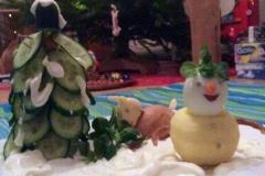 Weihnachtsbeilage. Tannenbaum, Schneemann und Reh. Mit Schnee aus Zitronen-Joghurt-Dip.