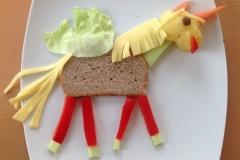 Einhorn mit Salatflügelchen. Brot, Käse, Pellkartoffelkopf, Paprika, Karotte, Gurke