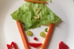 Schnell zwischendurch geschnitzt: Eine Schultüte zum 1. Schultag in der 3. Klasse. Karotte, Eisbgergsalat, Paprika, Weintrauben.