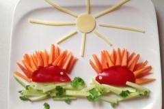 zwei Igel aus: Paprika, Karotte, Gurke, Petersilie, Käse