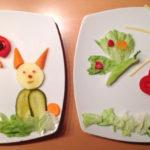 Blumenwiese mit Hase und Schmetterlingen.