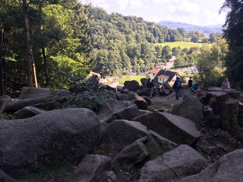 Blick vom Felsenmeer auf das Infozentrum