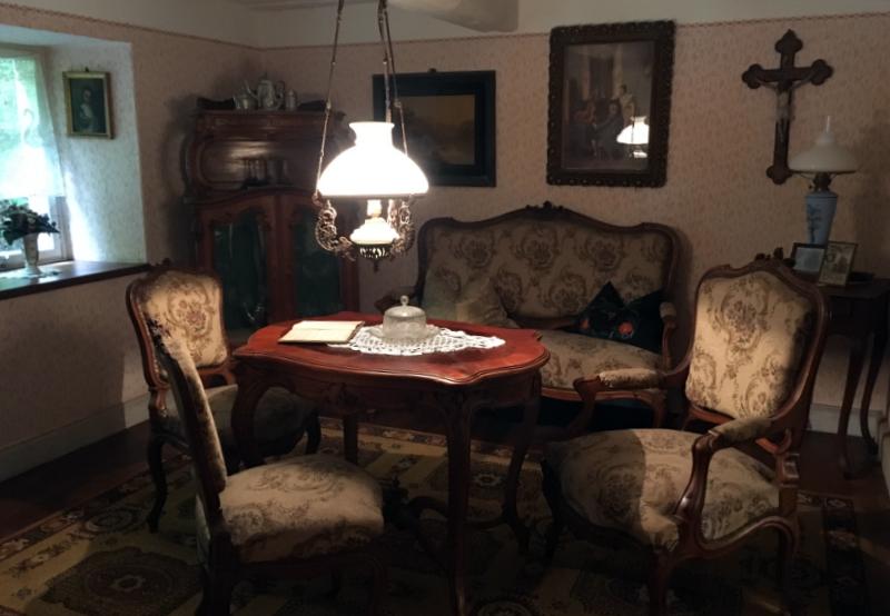 eingerichtetes Wohnzimmer in einem der Häuser