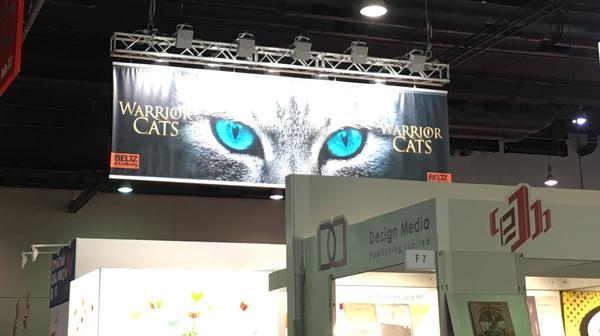 Augen der Warrior Cats leuchten über dem Beltz und Gelberg Stand