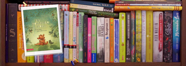 """Cover """"Ein komischer Vogel"""" vor einem Bücherregal"""