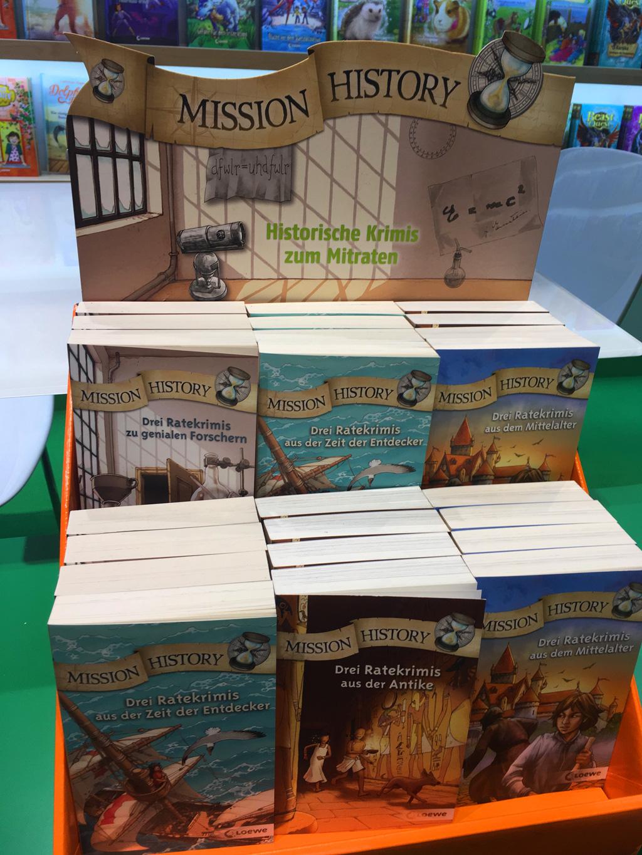 Verkaufsständer mit diversen Ausgaben der Mission-History-Reihe.