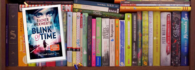 """Cover von """"Blink of Time"""" vor einer Reihe Bücher im Regal."""